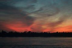Drastischer Abend-Himmel auf dem Fluss Nil lizenzfreie stockfotos