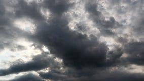 Drastischer Atmosphärenc$zeit-versehen-Gesamtlängenvideoclip des schönen Sonnenunterganghimmels und -wolken stock footage