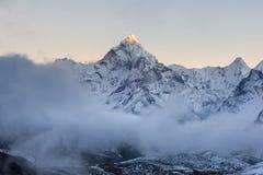 Drastischer Bergblick von Ama Dablam-Gipfel an Lizenzfreies Stockbild