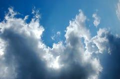 Drastischer blauer Himmel mit dunklen Wolken vor Sturm Stockfoto