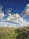 Drastischer blauer Himmel mit weißen Wolken über den Ruinen der altgriechischen Kolonie von Histria, auf den Ufern von Schwarzem  Lizenzfreie Stockbilder