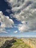Drastischer blauer Himmel mit weißen Wolken über den Ruinen der altgriechischen Kolonie von Histria, auf den Ufern von Schwarzem  Lizenzfreie Stockfotos