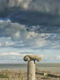 Drastischer blauer Himmel mit weißen Wolken über den Ruinen einer altgriechischen Spalte bei Histria, auf den Ufern von Schwarzem Lizenzfreie Stockfotografie