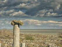 Drastischer blauer Himmel mit weißen Wolken über den Ruinen einer altgriechischen Spalte bei Histria, auf den Ufern von Schwarzem Lizenzfreie Stockfotos