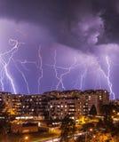 Drastischer Blitz über Wohnsiedlung Lizenzfreies Stockbild