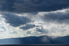 Drastischer dunkelblauer Himmel vor Gewitter Lizenzfreies Stockfoto