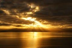 Drastischer Feuersonnenuntergang über Ozean lizenzfreies stockbild