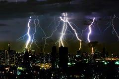 Drastischer Gewitterblitzbolzen auf dem horizontalen Himmel und Stadt scape Stockbilder