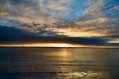 Drastischer Glättungshimmel mit ausgezeichneten Wolkenbildungen Schöne Farben der nähernden Nacht stockfoto