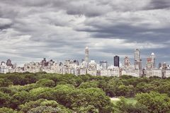 Drastischer Himmel über dem Central Park und den Manhattan-Upper East Side-Skylinen, New York stockbilder