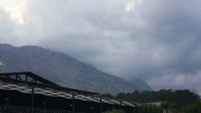 Drastischer Himmel über den Bergen stock video