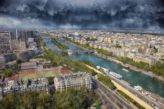 Drastischer Himmel über der Stadt Lizenzfreie Stockfotografie