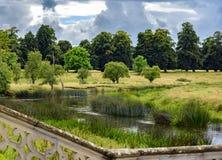 Drastischer Himmel über englischem Landschaftsstrom; Unterlassungswand Lizenzfreie Stockfotografie