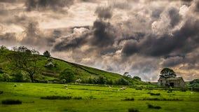 Drastischer Himmel über Landschaft stockbilder