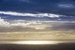 Drastischer Himmel ?ber Atlantik-K?ste nahe Sao Miguel Island, die gr??te Insel im Archipel der Azoren, Portugal dunkel stockfoto