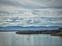 Drastischer Himmel betont See-Pueblo Stockfotos