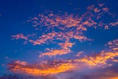 Drastischer Himmel, bunte Wolken mit Sonnenuntergang Lizenzfreie Stockfotos