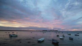 Drastischer Himmel an der Dämmerung am La Caleta Cadiz Spanien stock footage