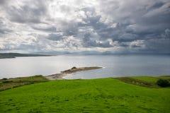 Drastischer Himmel an der irischen Küste Stockfoto
