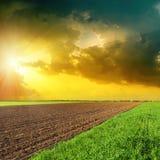 Drastischer Himmel im Sonnenuntergang über Feldern Stockfoto