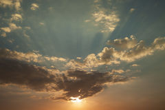 Drastischer Himmel im Sonnenuntergang und in der hellen bunten Farbe Lizenzfreie Stockbilder