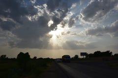 Drastischer Himmel mit den Sonnenlichtstrahlen, die aus Wolken herauskommen Stockfotografie