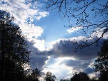 Drastischer Himmel mit dunklem Wolkenansichthintergrund lizenzfreie stockfotos