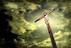 Drastischer Himmel mit Kruzifix Lizenzfreie Stockfotos