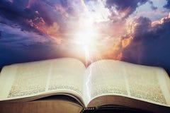 Drastischer Himmel mit offener Bibel Stockfoto