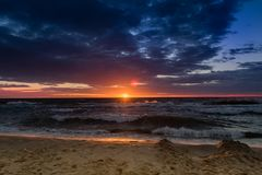 Drastischer Himmel mit schönem Sonnenuntergang in der Ostsee Lizenzfreies Stockfoto