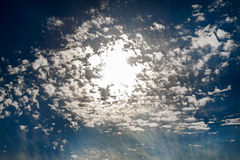Drastischer Himmel mit Sonne in den Wolken Stockbild