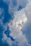 Drastischer Himmel mit stürmischen Wolken über der Sonne Stockbild