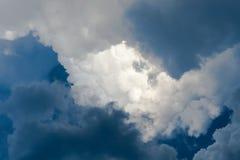 Drastischer Himmel mit stürmischen Wolken über der Sonne Lizenzfreie Stockfotografie
