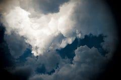 Drastischer Himmel mit stürmischen Wolken Lizenzfreie Stockbilder