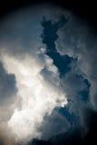 Drastischer Himmel mit stürmischen Wolken Stockbild