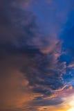 Drastischer Himmel mit Sturmwolke bevor dem Regnen Lizenzfreies Stockfoto
