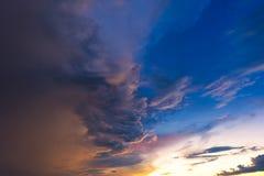 Drastischer Himmel mit Sturmwolke bevor dem Regnen Lizenzfreie Stockfotos