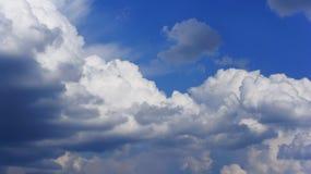 Drastischer Himmel mit Sturmwolken. Stockfotografie