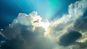 Drastischer Himmel mit Wolken und Sonne strahlt, Zeitversehen aus stock footage
