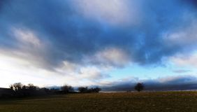 Drastischer Himmel in Nord-Northumberland, England Großbritannien Stockbild