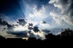Drastischer Himmel, Sun-Strahlnglanz mit Wolken Stockfotografie