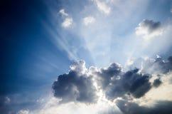 Drastischer Himmel, Sun-Strahlnglanz mit Wolken Stockbild