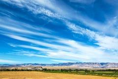 Drastischer Himmel und Ackerland Lizenzfreies Stockfoto