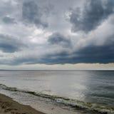 Drastischer Himmel und dunkles Meer Stockfotos