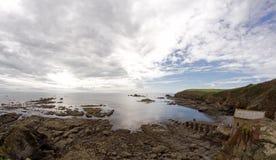 Drastischer Himmel und felsige Küsteeidechse zeigen Cornwall Lizenzfreies Stockfoto