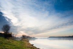 Drastischer Himmel und Nebel über See Lizenzfreies Stockbild