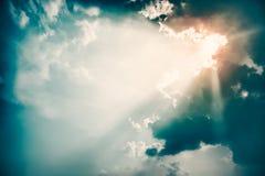 Drastischer Himmel und Sun-Strahln-Hintergrund Getontes Foto Lizenzfreie Stockfotografie