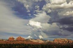 Drastischer Himmel vor rotem Felsen sedona stockbild