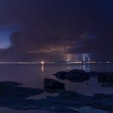 Drastischer Naturhintergrund - donnert im bewölkten Himmel über dem Meer Stockfotos
