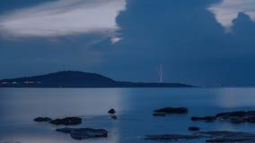 Drastischer Naturhintergrund - donnert im bewölkten Himmel über dem Meer Lizenzfreie Stockbilder